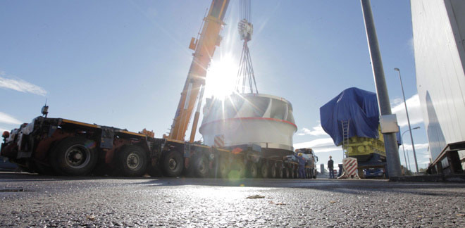 Mica Dam turbine being unloaded from a truck