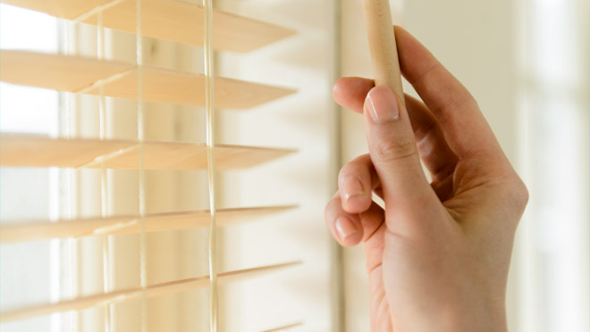 Closing window blinds