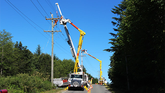 Image of a line crew doing maintenance repairs on a power line