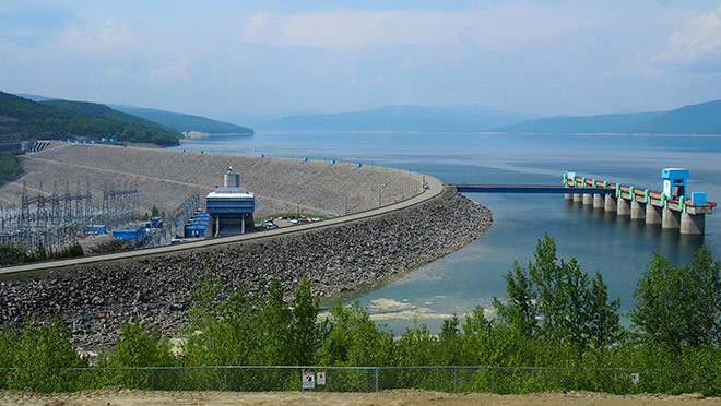 Image of the WAC Bennett Dam on a blue sky day
